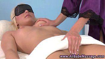 Hottie fa un massaggio lesbo