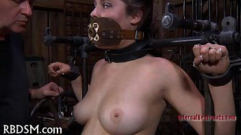 Torturando a una chica con herramientas sexuales