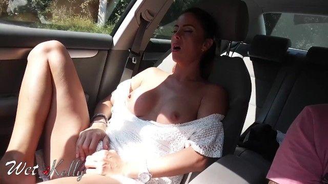 Una vera ragazza dilettante si masturba in macchina per le strade della città.wetkelly