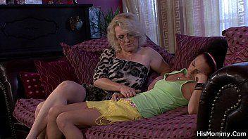 La mamma lha svegliata leccando il suo buco di sperma umido