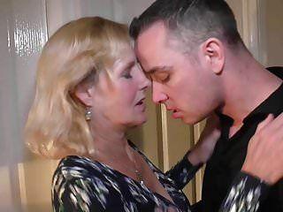 Madre molly riceve sesso vaginale e pompino con il figlio